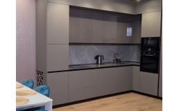 Кухня на заказ с фурнитурой Blum с матовыми и глянцевыми фасадами Niemann. ЖК Малахит