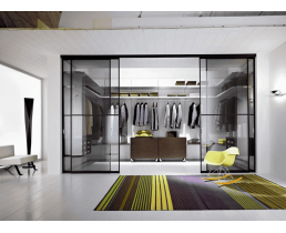 Гардероб на заказ с фасадами из стекла с подсветкой и мобильными ящиками. Система Hettich.