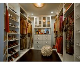 Стильная современная гардеробная в светлых тонах.