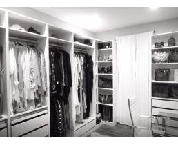 Модная современная гардеробная комната в белом цвете.