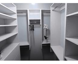 Белая гардеробная в небольшой квартире. Видео.