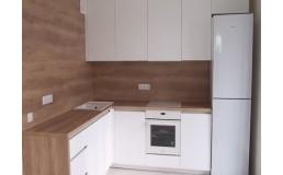 Белая кухня с деревянной столешницей. Кухня без ручек до потолка в ЖК Respublika