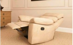 Белое кресло реклайнер с электроприводом для салона красоты