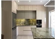 Встроенная кухня на заказ с крашеными фасадами и профилем Gola