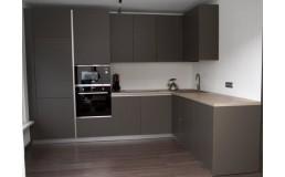 Угловая кухня без ручек, до потолка, с фасадами AGT 726 Soft Touch(Темно-серый шелк)