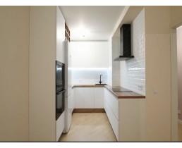 Белая акриловая п-образная кухня на заказ. Кухня до потолка