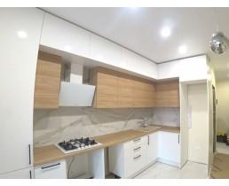 Кухня на заказ с белыми глянцевыми фасадами AGT Белый Глянец и древоподобными Блэквуд Ячменный. Ирпень. Видео