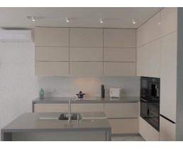 Кухня на заказ с фасадами AGT 3005 Galaxy Crem. Кухня без ручек и с островом. Фурнитура Blum