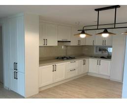 Белая угловая кухня с крашеными матовыми фасадами МДФ