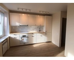 Белая матовая кухня на заказ в классическом стиле, со встроенной техникой. Фурнитура Blum. ЖК Family and Friends