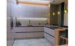 Белая акриловая кухня на заказ. П-образная кухня без ручек с барной стойкой