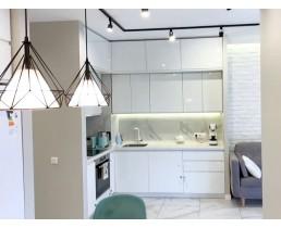 Белая встроенная кухня на заказ с крашеными фасадами МДФ и проходной ручкой (кухня без ручек). Кухня под потолок Ирпень