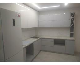 Кухня на заказ с крашеными фасадами МДФ и проходной ручкой