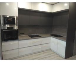 Кухня на заказ с глянцевыми фасадами AGT и кухня без ручек, профиль Gola