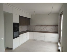 Кухня под заказ с проходной ручкой, встроенной техникой и крашеными матовыми фасадами МДФ и ДСП Egger