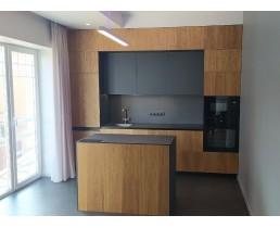 Кухня на заказ с  островом. Фасады  МДФ Fenix NTM 0718 Лондон Серый и Шпон МДФ Дуб Класический Тангенцал. Видео