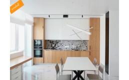 Встроенная кухня с фасадами Alvic и шпонированными фасадами Дуб Лофт Legnopur