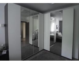 Современный угловой шкаф в спальню, с зеркальными вставками.